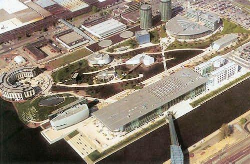 圆形的玻璃塔是整个沃尔夫斯堡标志性的建筑